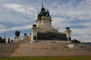 Spomenik z bakreno sliko Independência ou Morte